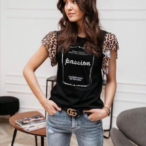 Edles, interessantes, schwarzes Shirt mit kurzen Leoflatterärmeln, Aufdruck Passion