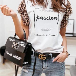 Edles weisses Shirt mit kurzen Leostoffärmeln, Aufdruck Passion