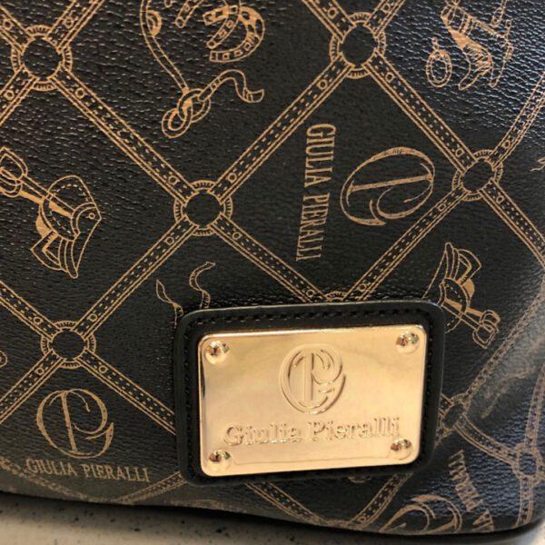 Grosse Reisetasche von Gulia Pieralli in braun mit Siegel und Ornamenten und Kofferlasche, langer Gurtriemen, Details