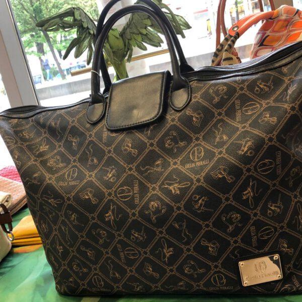 Grosse Reisetasche Gulia Pieralli in braun mit Siegel und Ornamenten und Kofferlasche, langer Gurtriemen, Details, Verschluss mit Golddetails und langem RV
