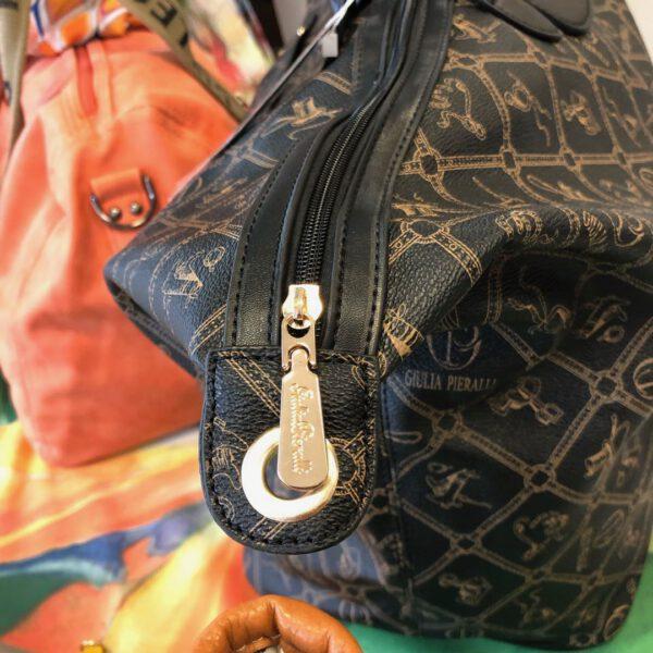 Grosse Reisetasche von Gulia Pieralli in braun mit Siegel und Ornamenten und Kofferlasche, langer Gurtriemen, Details, Verschluss mit Golddetails und langem RV