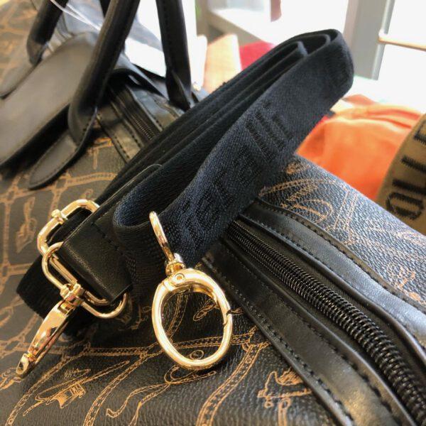 Grosse Reisetasche von Gulia Pieralli in braun mit Siegel und Ornamenten und Kofferlasche, langer Gurtriemen, Details, Verschluss mit Golddetails