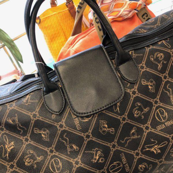 Grosse Reisetasche von Gulia Pieralli in braun mit Siegel und Ornamenten und Kofferlasche, langer Gurtriemen, Details, Verschluss