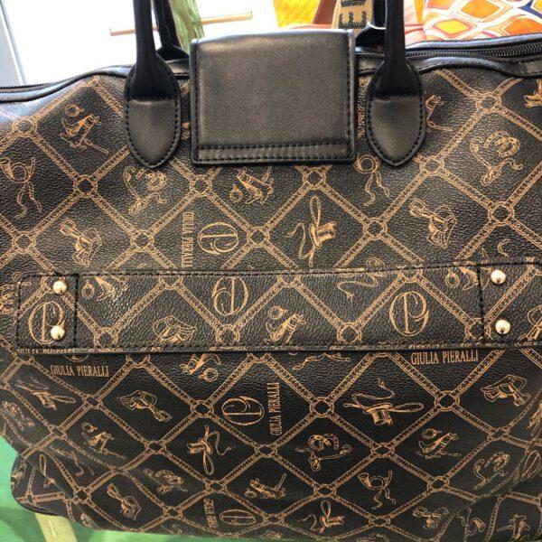 Grosse Reisetasche von Gulia Pieralli in braun mit Siegel und Ornamenten und Kofferlasche
