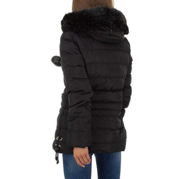 Rückenansicht der schwarzen Halblang Winterjacke mit Kapuze