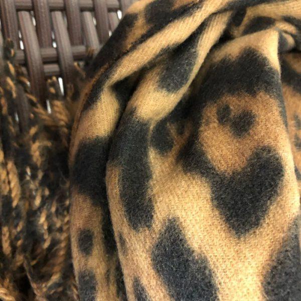 Detail non grossem, flauschigen Schal Animal Print in beige/braun