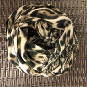 Animal Print Schal, gross und flauschig. Braun und hellbeige