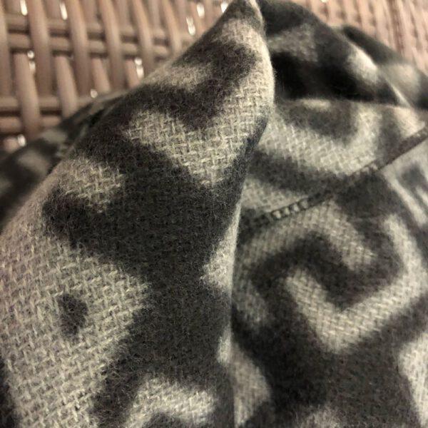Detail, flauschiger grosser Schal in schwarz/grau Mustermix